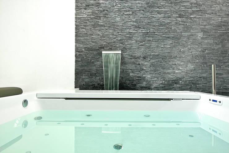 Piscina interior cubierta con spa: Piscinas de estilo  de Gunitec Concept Pools