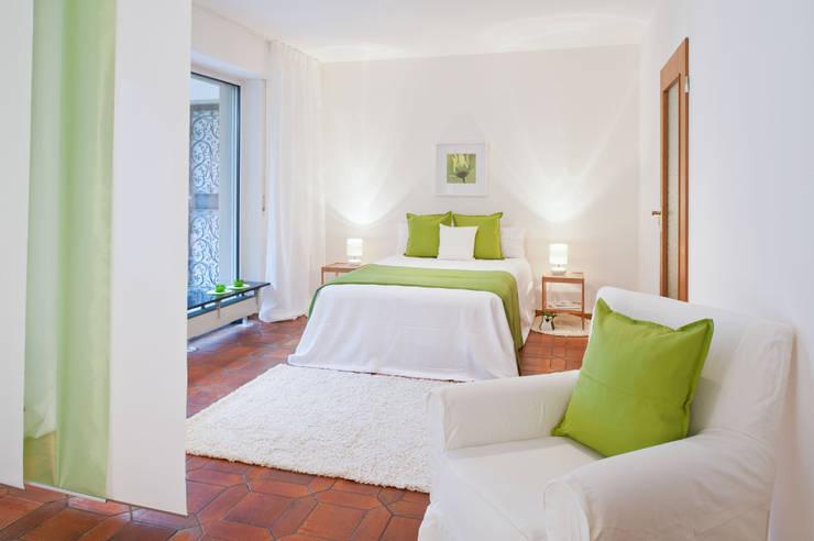 Camera da letto in stile  di raumwerte Home Staging