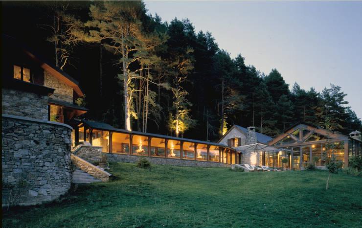Casa en Pirineos: Casas de estilo mediterráneo de GBZ Arquitectura