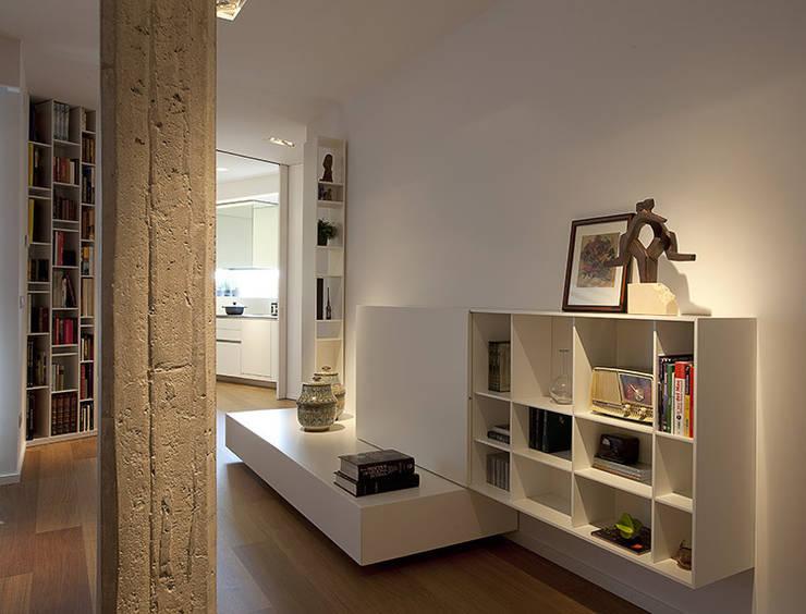 Ático en Valencia: Salones de estilo  de Laura Yerpes Estudio de Interiorismo