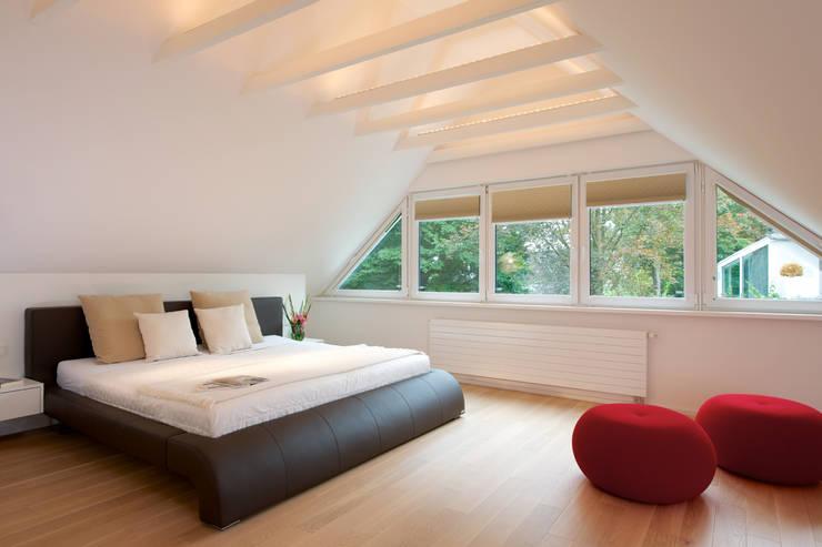 Camera da letto in stile  di GRID architektur + design