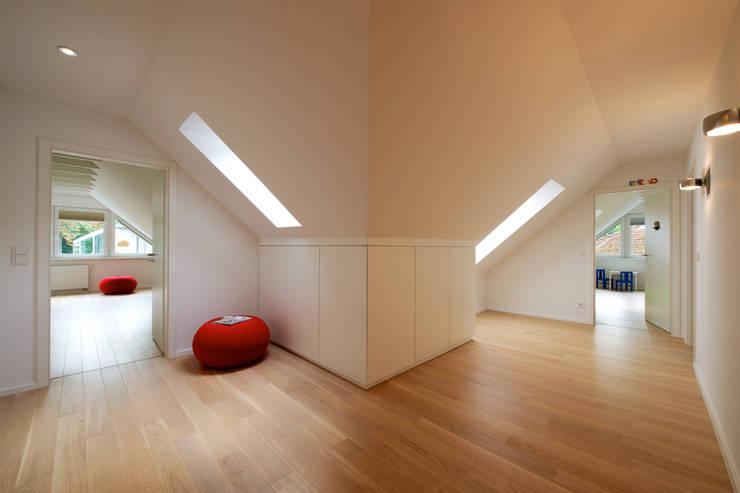 Pasillos y recibidores de estilo  por GRID architektur + design