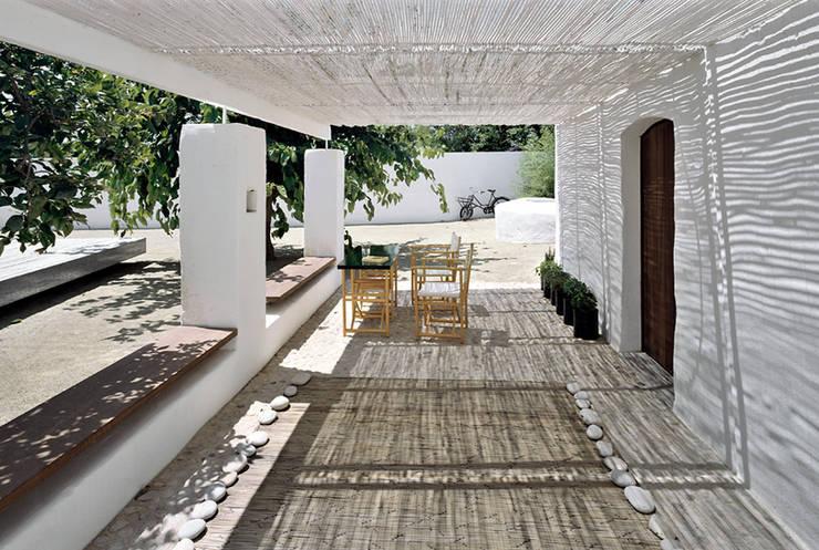 Casa para un fotógrafo 2 en el Delta del Ebro: Terrazas de estilo  de OFFICE OF ARCHITECTURE IN BARCELONA SLP (OAB)