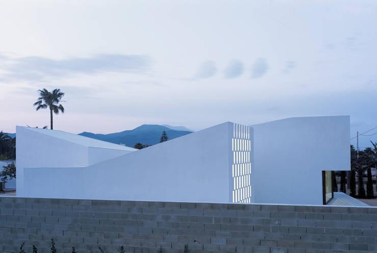 Casa para un fotógrafo 2 en el Delta del Ebro: Casas de estilo  de OFFICE OF ARCHITECTURE IN BARCELONA SLP (OAB)