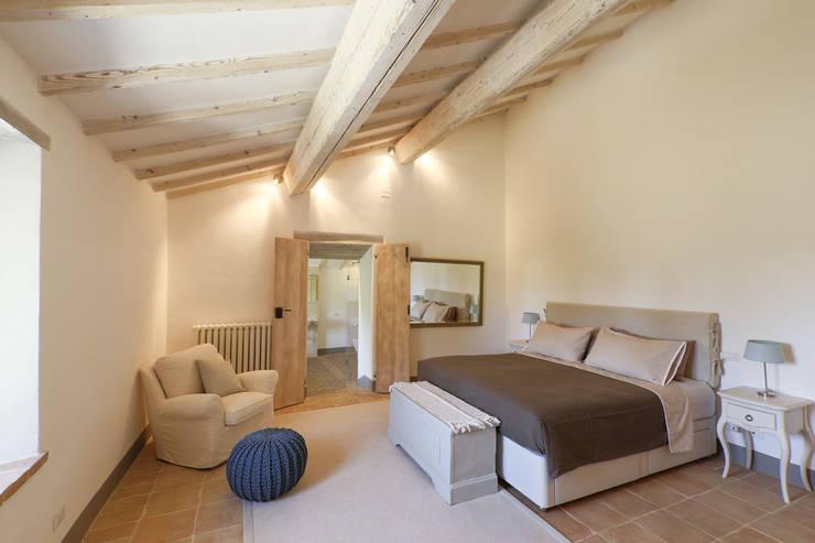 Le Cannelle: Camera da letto in stile in stile Moderno di Arcostudios
