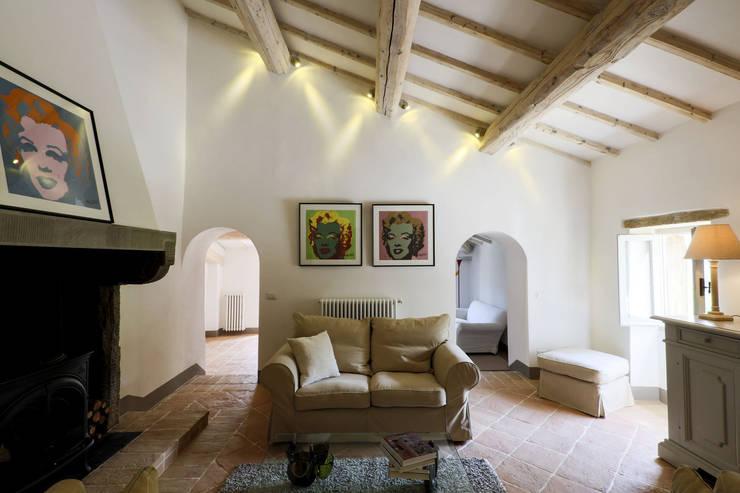 Le Cannelle: Soggiorno in stile in stile Moderno di Arcostudios