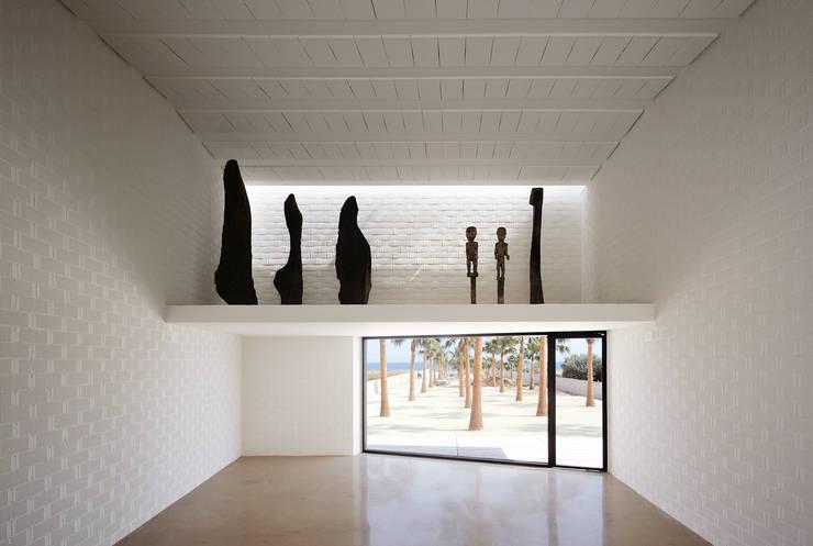 Casa para un fotógrafo 2 en el Delta del Ebro: Salones de estilo  de OFFICE OF ARCHITECTURE IN BARCELONA SLP (OAB)