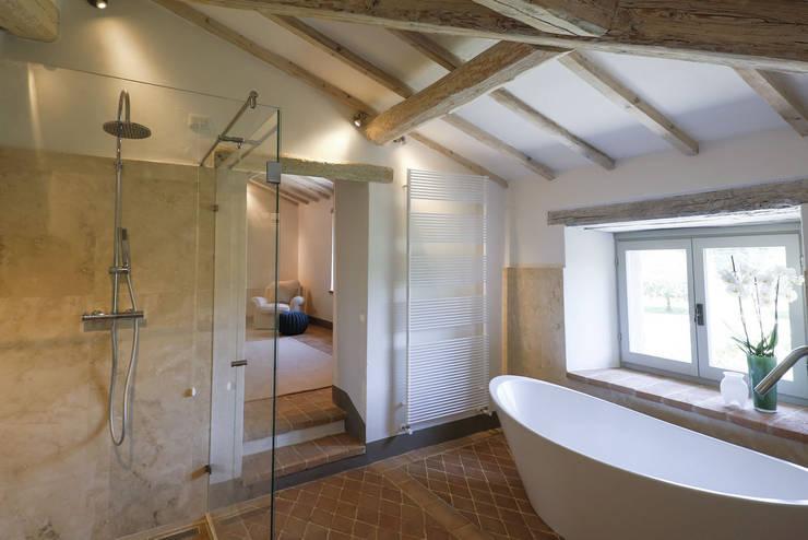 Le Cannelle: Bagno in stile in stile Moderno di Arcostudios