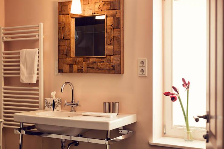 Seehaus: moderne Badezimmer von Heike Gebhard Wohnen