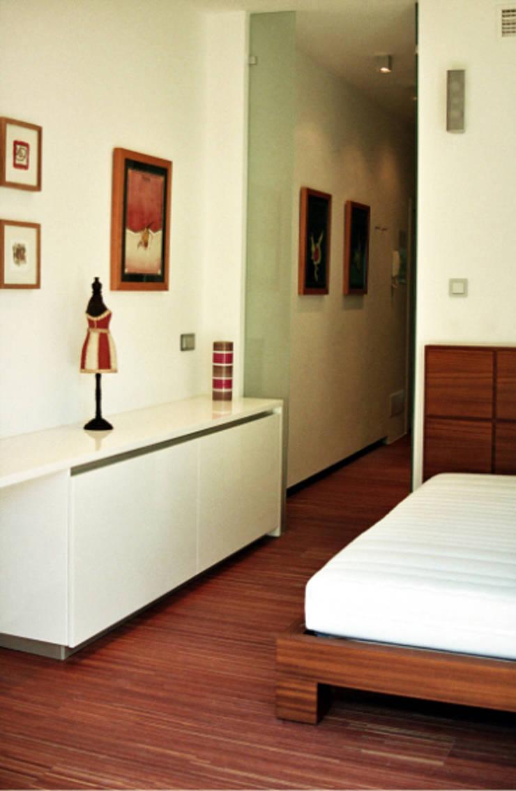 Marbella – Puerto Banús – Apartamento: Dormitorios de estilo moderno de Gerard Puxhe