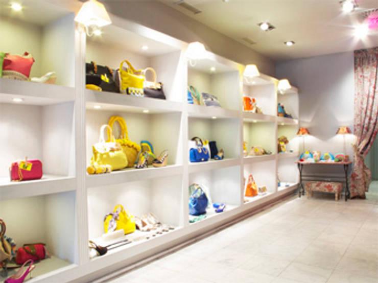 Estantería: Oficinas y Tiendas de estilo  de Conalca