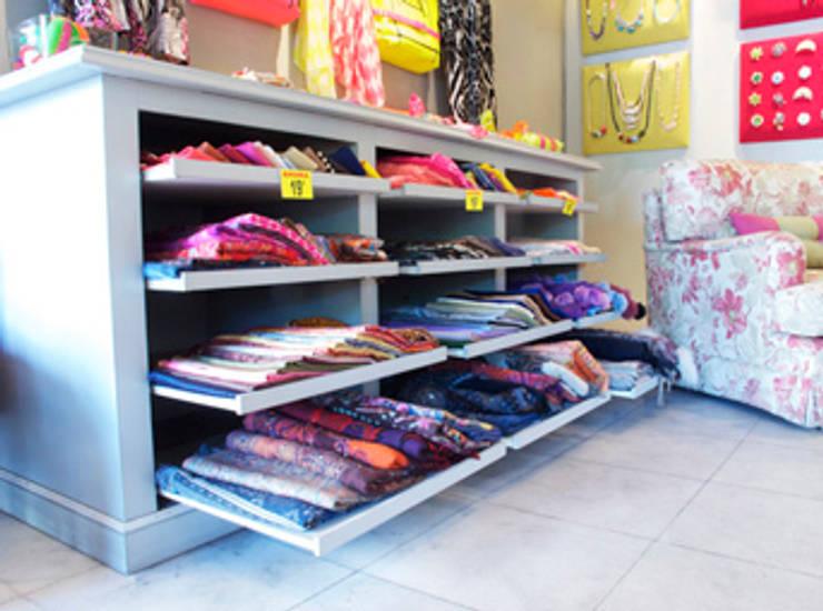 Mueble expositor: Oficinas y Tiendas de estilo  de Conalca