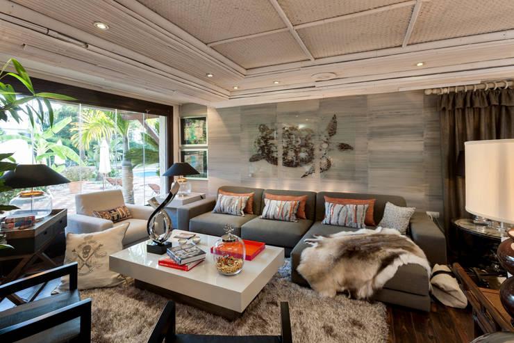 Studio 2: Salones de estilo clásico de Originals Interiors