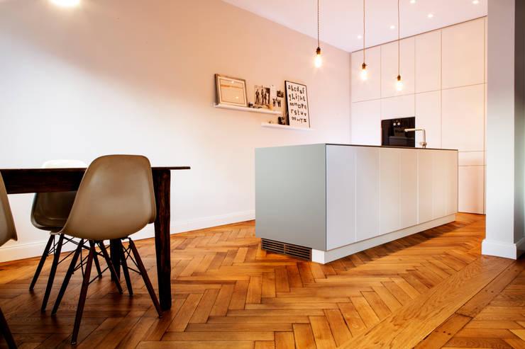 Altbausanierung München: moderne Küche von BESPOKE GmbH // Interior Design & Production