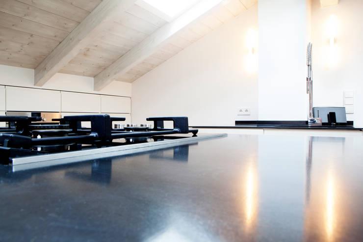 ห้องนั่งเล่น by BESPOKE GmbH // Interior Design & Production