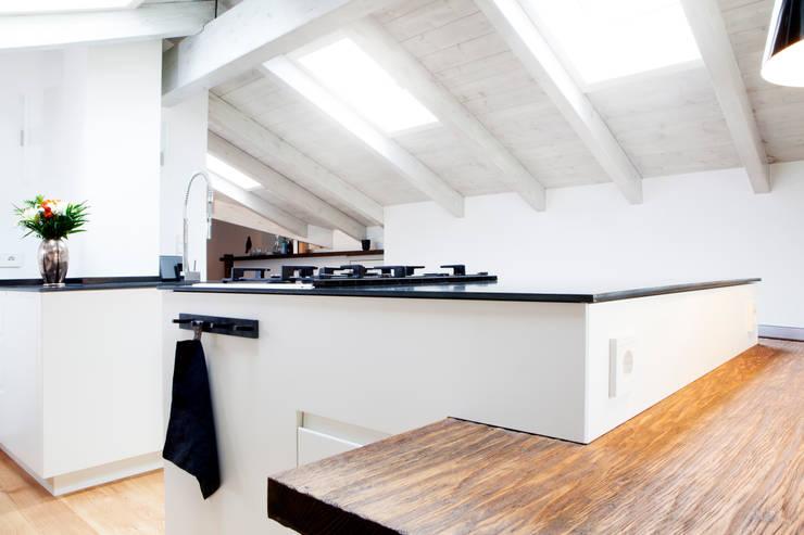 ห้องครัว by BESPOKE GmbH // Interior Design & Production