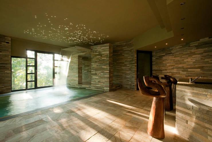Private Villa: Pareti & Pavimenti in stile  di Artesia