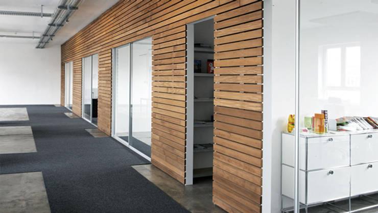Puertas y ventanas de estilo  por KUHN GmbH