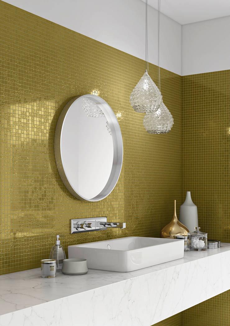 Parede revestida com Mix Ouro Amarelo: Casas de banho  por Elements Mosaic