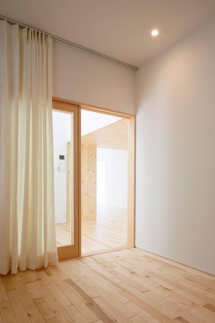 春光の家: 一色玲児 建築設計事務所 / ISSHIKI REIJI ARCHITECTSが手掛けた寝室です。,モダン