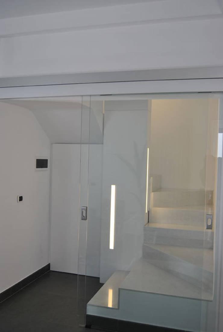 Appartamento Lecce: Ingresso & Corridoio in stile  di sebastiano canzano architetto