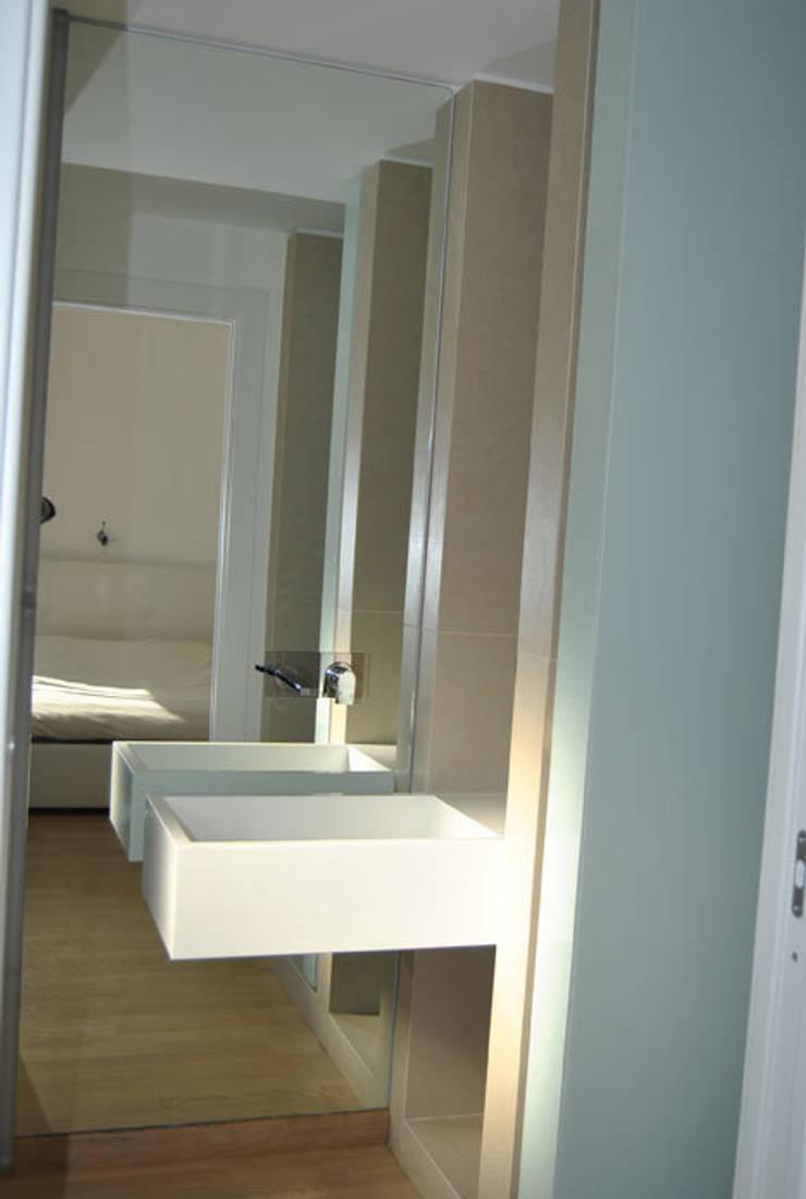 Appartamento Lecce: Bagno in stile  di sebastiano canzano architetto