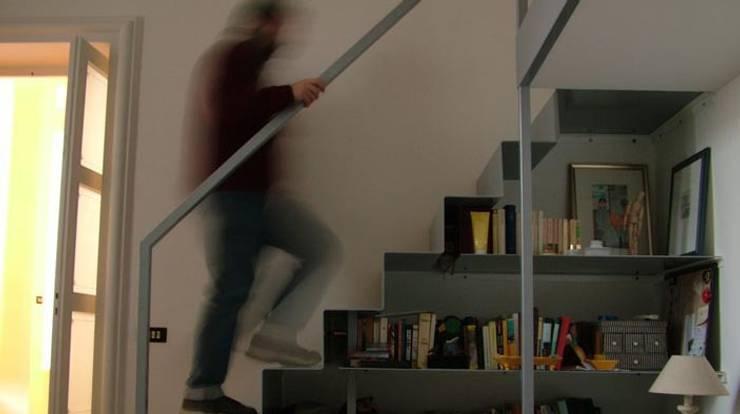 Vestíbulos, pasillos y escaleras de estilo  de sebastiano canzano architetto