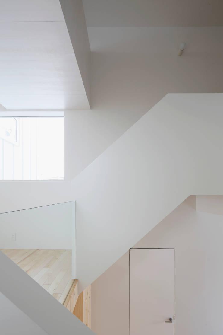 春光の家: 一色玲児 建築設計事務所 / ISSHIKI REIJI ARCHITECTSが手掛けた廊下 & 玄関です。,モダン