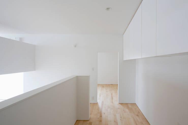 春光の家: 一色玲児 建築設計事務所 / ISSHIKI REIJI ARCHITECTSが手掛けた書斎です。,モダン