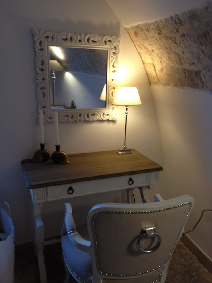 Apulia Attic: Camera da letto in stile  di Atmosfere d'interni