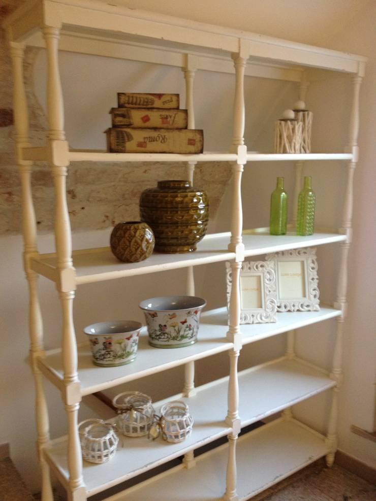 Apulia Attic: Soggiorno in stile  di Atmosfere d'interni