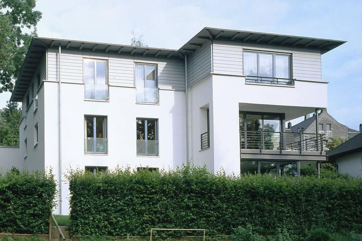 Casas de estilo moderno por Architekturbüro HOFFMANN