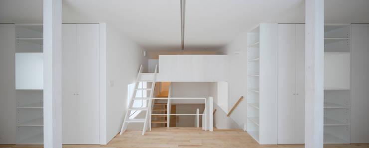 春光の家: 一色玲児 建築設計事務所 / ISSHIKI REIJI ARCHITECTSが手掛けた子供部屋です。,モダン