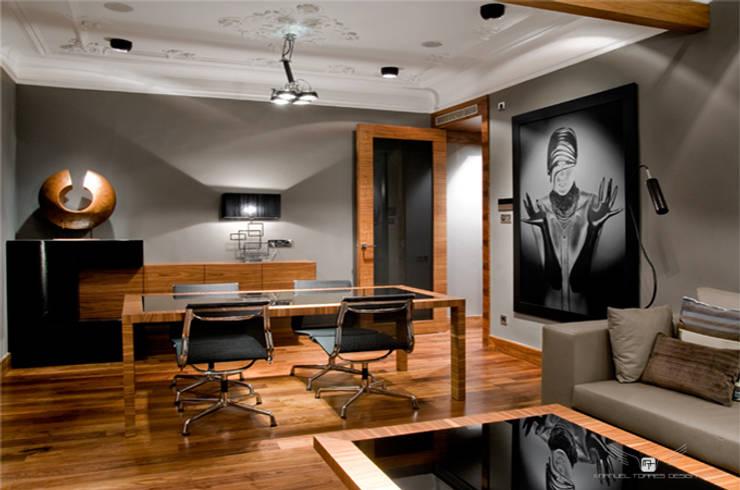 EIXAMPLE BARCELONÉS: Salas multimedia de estilo  de MANUEL TORRES DESIGN