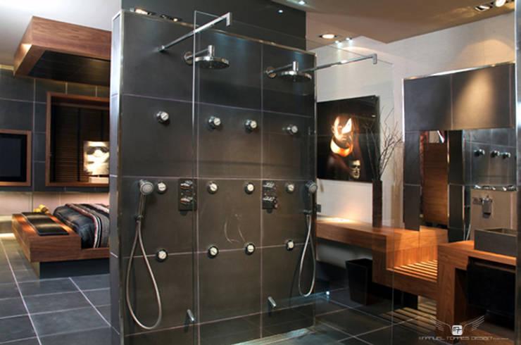 ART SUITE HOTEL: Baños de estilo  de MANUEL TORRES DESIGN