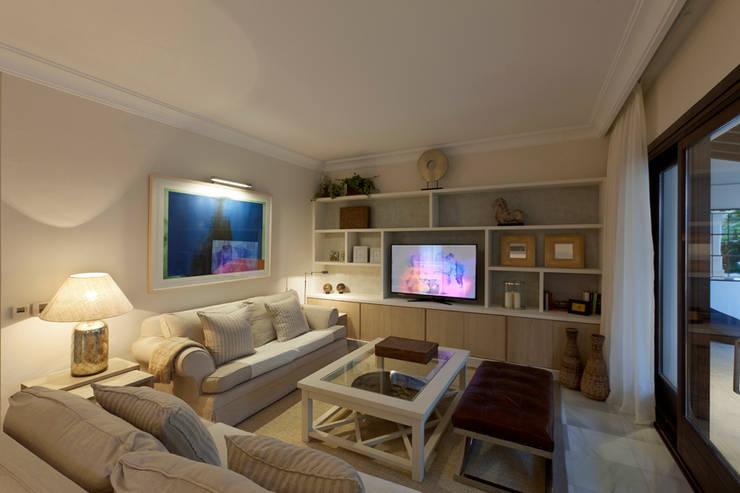 Villa Marbella Club: Salones de estilo  de Originals Interiors