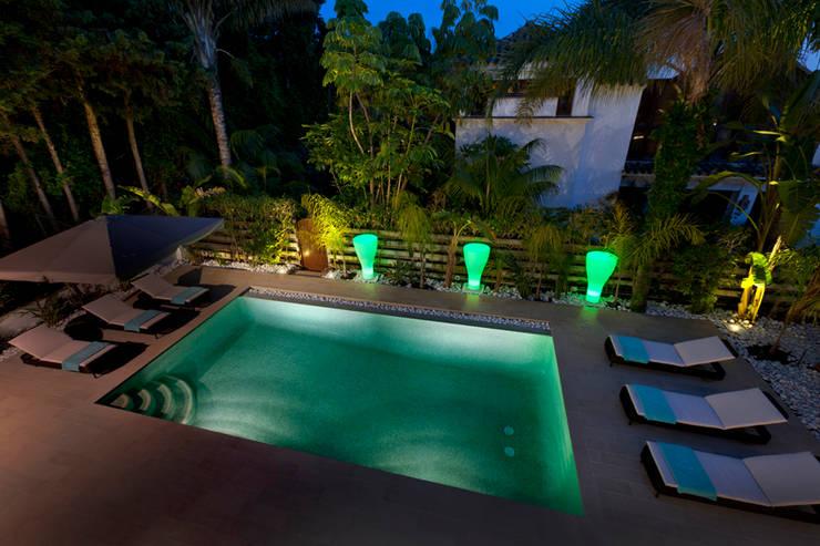 Villa Marbella Club: Piscinas de estilo  de Originals Interiors