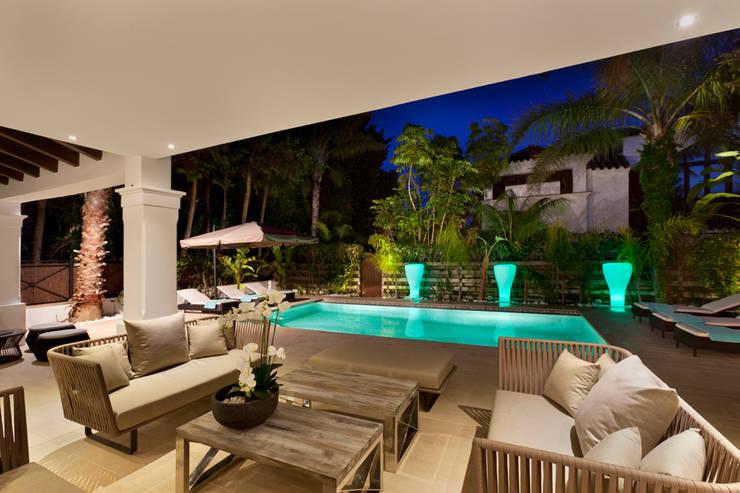 Villa Marbella Club: Terrazas de estilo  de Originals Interiors