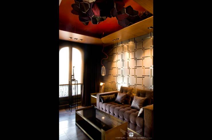 LIVING ROOM: Salones de estilo  de MANUEL TORRES DESIGN