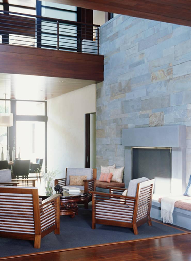 Malibu (Los Angeles):  Living room by Lewis & Co