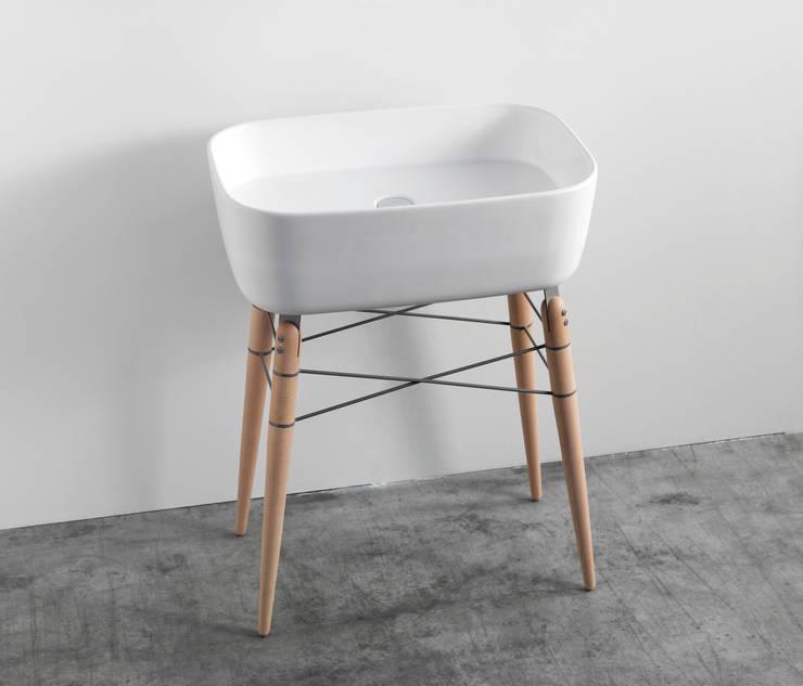 Ray Waschtisch + Spiegel:  Badezimmer von studio michael hilgers