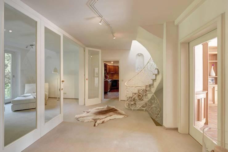 Corridor, hallway & stairs  by Münchner home staging Agentur GESCHKA