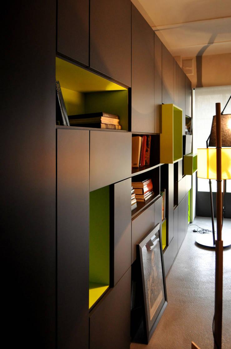Flat Renovation: Soggiorno in stile  di Studio di Architettura Rosso19