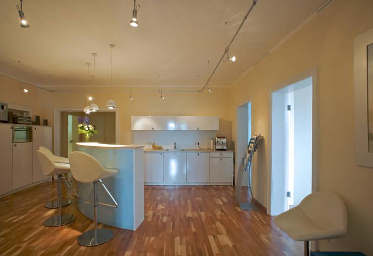 Lobby für Unternehmensberatung:  Bürogebäude von Interiordesign - Susane Schreiber-Beckmann gestaltet Räume.,Modern Holz Holznachbildung