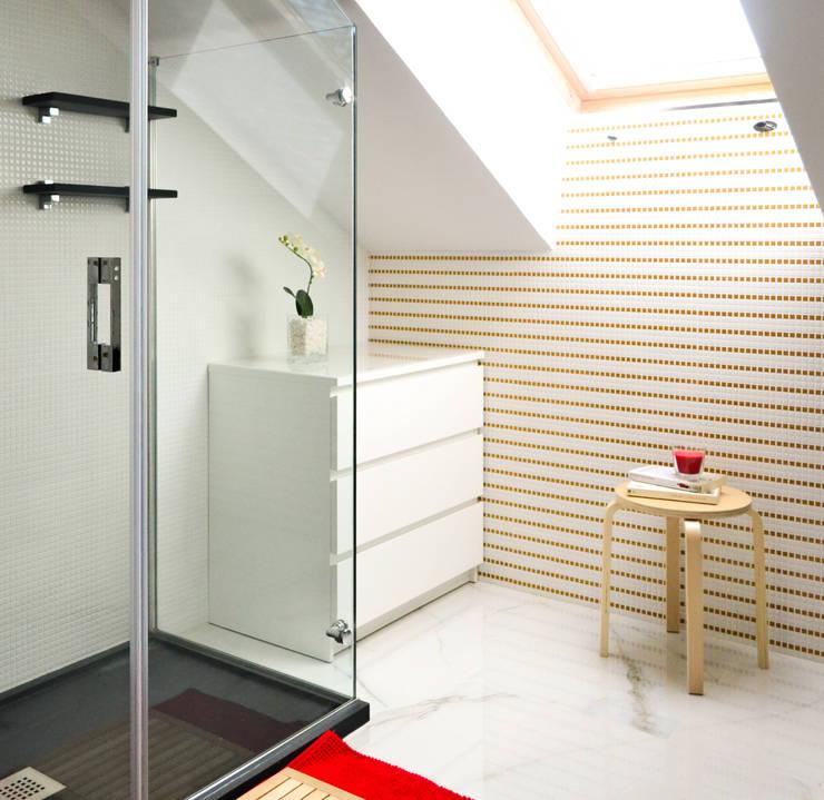 Blanco sobre blanco: Baños de estilo  de TEKNIA ESTUDIO