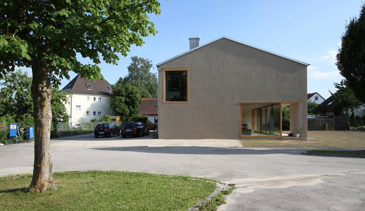 strassenfassade: moderne Häuser von architekturbüro axel baudendistel