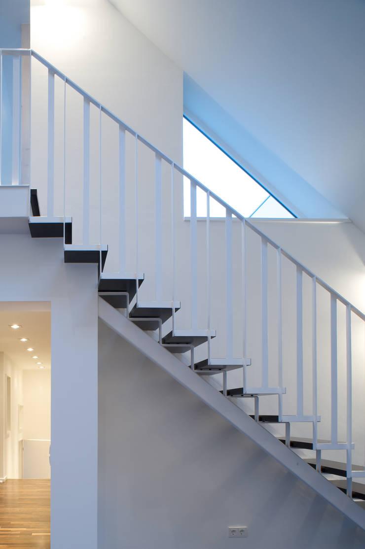 Weißes Dachgeschoss:  Flur & Diele von zymara und loitzenbauer architekten bda,Modern