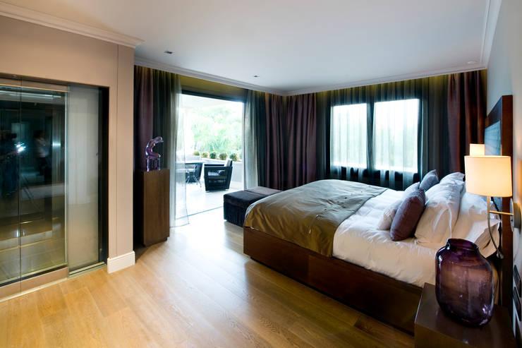 Villa de 1.200m2 en Barcelona: Dormitorios de estilo clásico de Sara Folch Interior Designer