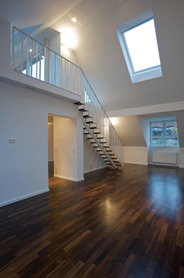 Weißes Dachgeschoss:  Wohnzimmer von zymara und loitzenbauer architekten bda,Modern