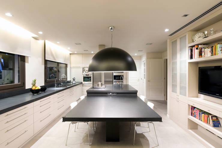 Villa de 1.200m2 en Barcelona: Cocinas de estilo minimalista de Sara Folch Interior Designer